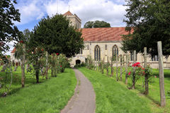 Fußweg, der zu führen und englische Abtei Stockfotografie