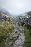Fußweg durch Berge im nebeligen Morgen des Herbstes Stockfotografie