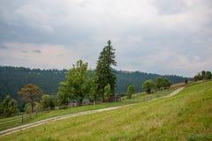 Fußweg in einem Dorf in den Bergen Stockfotos