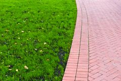 Fußweg mit grünem Gras auf dem links Lizenzfreie Stockfotografie