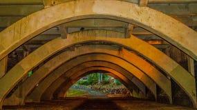 Fußweg unter der Brücke Lizenzfreies Stockfoto