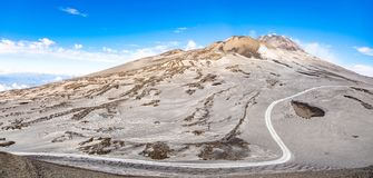 Fußweg zu Etna Volcano mit Rauche im Winter, Vulkanlandschaft, Sizilien-Insel, Italien stockbild