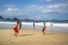 Fußball auf Copacabana-Strand, Rio de Janeiro, Brasilien lizenzfreie stockbilder