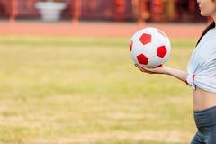 Fußballkugel in der Hand Nahaufnahme Kopieren Sie Platz Fußballspielkonzept stockbilder