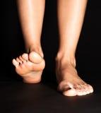 Fuß, der in Schwarzes tritt Stockfotos
