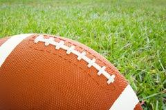 Fußball auf dem Feld Lizenzfreie Stockfotos