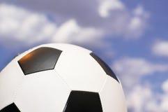 Fußball gegen den Himmel Stockfoto