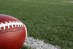 Fußball mit dem Feld jenseits Stockfotografie