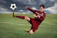 Fußball-Spieler, der Kugel tritt Lizenzfreies Stockbild