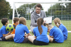 Fußball-Team Trainer-Giving Team Talk To Elementary School Lizenzfreie Stockfotos