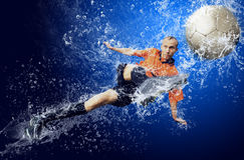 Fußball unter Wasser Lizenzfreies Stockbild