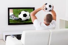 Fußballfan, der ein Spiel aufpasst Lizenzfreies Stockfoto