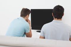 Fußballfans, die fernsehen Lizenzfreies Stockbild