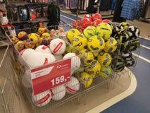 Fußballkugeln im Speicher Stockfotos