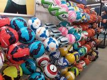 Fußballkugeln im Speicher Stockbilder