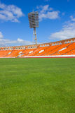 Fußballplatz mit Lampe Stockfotografie