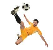 Fußballspieler, der die Kugel tritt Stockfotografie