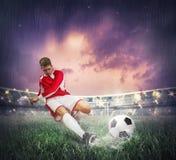 Fußballspieler mit Kugel Stockfotografie