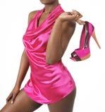 fuchsia flicka som rymmer sexiga skor Royaltyfri Foto