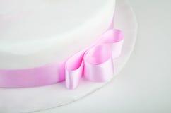 Fuchsia ribbon on wedding cake Stock Photos