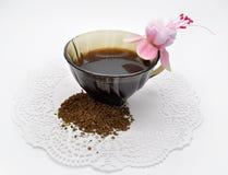 Fuchsiakleurig en zwarte koffie met suiker Stock Fotografie