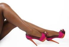 Fuchsiakleurig schoenen op sexy benen Royalty-vrije Stock Fotografie