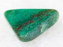 fuchsite (chromu łyszczyk) gemstone z hematyt żyłą obraz royalty free