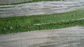 Fucilazione AEREA al fuco sopra il campo di terreno arabile stock footage