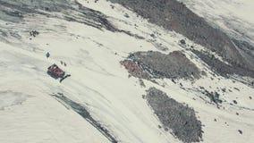 Fucilazione aerea dal lavoro a macchina dello spazzaneve del fuco di volo in montagna di inverno archivi video