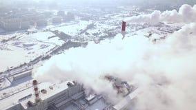 Fucilazione aerea dalle nuvole di fumo del fuco di volo dai tubi industriali sullo stabilimento chimico in città Camino di fumo s video d archivio