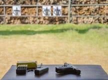 Fucilazione all'aperto della pistola del target di riferimento fotografia stock