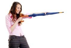 Fucilazione attraente della giovane donna con l'ombrello Immagini Stock Libere da Diritti