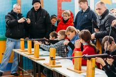 Fucilazione bielorussa irriconoscibile delle ragazze degli allievi della scuola secondaria Fotografia Stock