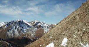Fucilazione con il fuco Sorvolare le montagne rocciose Gli scalatori hanno scalato alla cima del picco stock footage