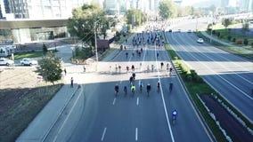 Fucilazione da un fuco sopra la strada Molti ciclisti guidano sulla strada Evento sportivo video d archivio