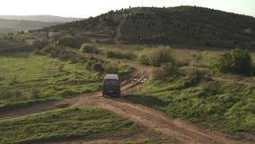Fucilazione dall'aria di un'automobile turistica che attraversa through il terreno agricolo video d archivio