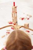 Fucilazione del bambino con il giocattolo della freccia e dell'arco Fotografie Stock