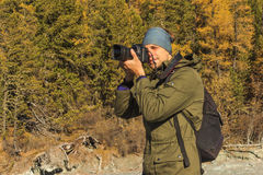 Fucilazione del fotografo nelle montagne Immagine Stock
