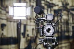 Fucilazione del rapporto nell'interno Video attrezzatura: la macchina fotografica, pistola del microfono della su macchina fotogr fotografia stock libera da diritti