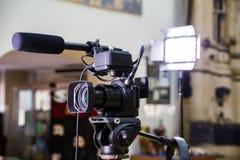 Fucilazione del rapporto nell'interno Video attrezzatura: la macchina fotografica, pistola del microfono della su macchina fotogr immagine stock libera da diritti