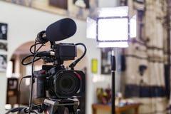 Fucilazione del rapporto nell'interno Video attrezzatura: la macchina fotografica, pistola del microfono della su macchina fotogr fotografia stock