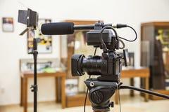 Fucilazione del rapporto nell'interno Video attrezzatura: la macchina fotografica, pistola del microfono della su macchina fotogr immagini stock libere da diritti