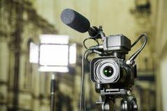 Fucilazione del rapporto nell'interno Video attrezzatura: la macchina fotografica, pistola del microfono della su macchina fotogr fotografie stock