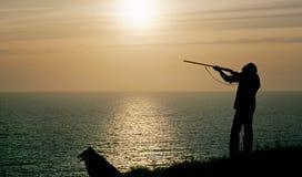 Fucilazione dell'uomo al tramonto fotografie stock