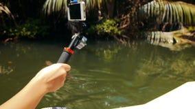 Fucilazione della ragazza su una natura del telefono cellulare sul fiume di Kalu Ganga nello Sri Lanka archivi video