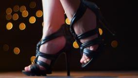 Fucilazione delle gambe belle in scarpe alla moda nere sui talloni della condizione femminile e di muoversi vicino alla macchina  video d archivio