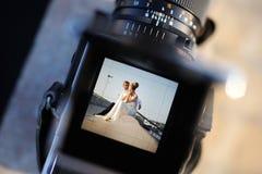 Fucilazione delle nozze con una macchina fotografica d'annata fotografia stock libera da diritti