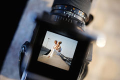 Fucilazione delle nozze con una macchina fotografica di oldschool fotografia stock
