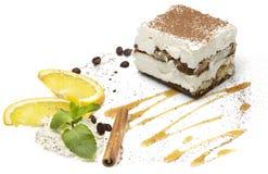 Fucilazione dello studio di tiramisù del dolce sul fondo bianco Fotografia Stock