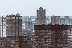 Fucilazione dello zoom del paesaggio urbano di inverno con molte case alte Fotografie Stock Libere da Diritti